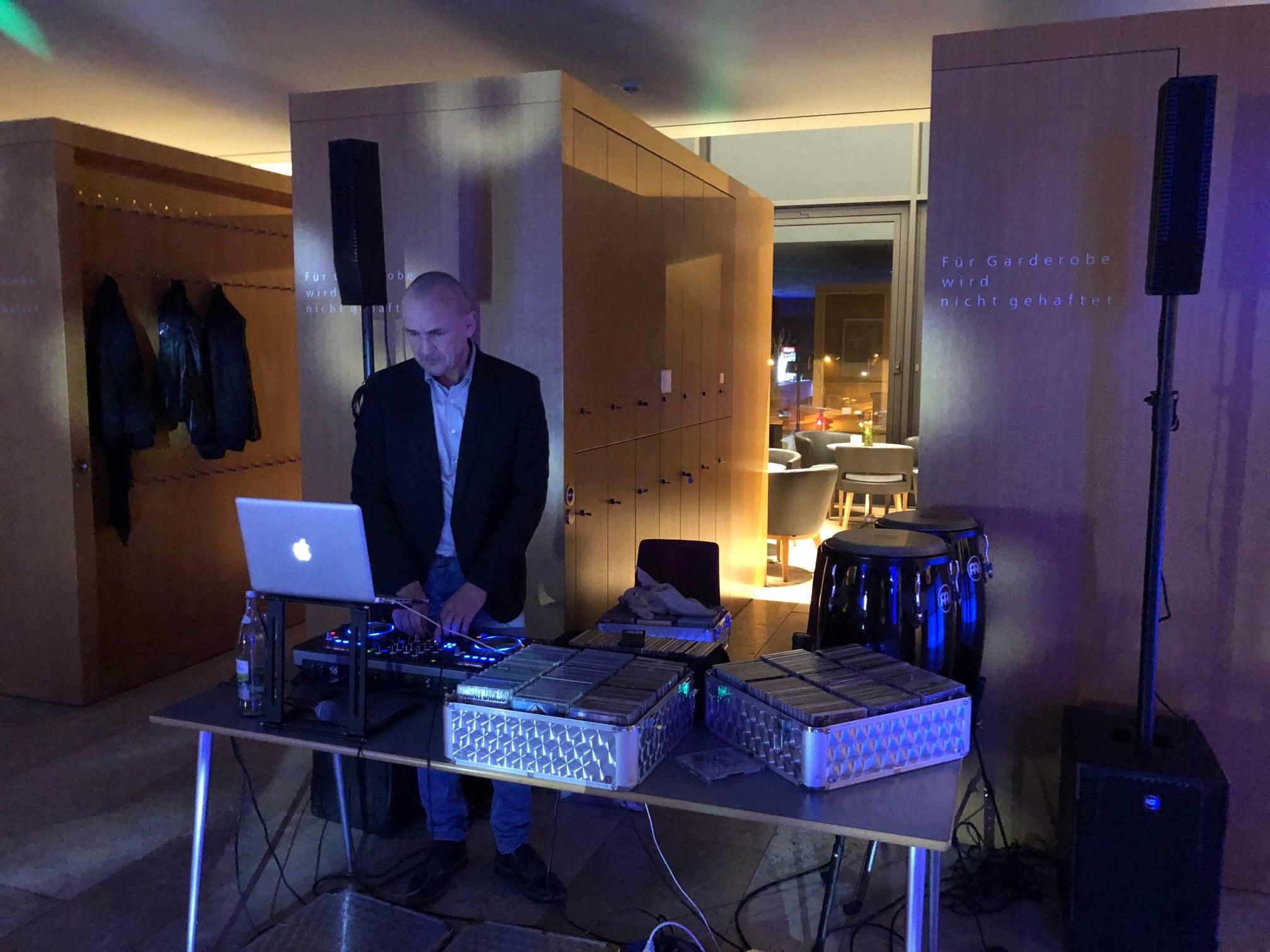 Er sorgte für den passenden musikalischen Rahmen: Der Schweinfurter Star-DJ Uli Hader (uneingeschränkt empfehlenswert)